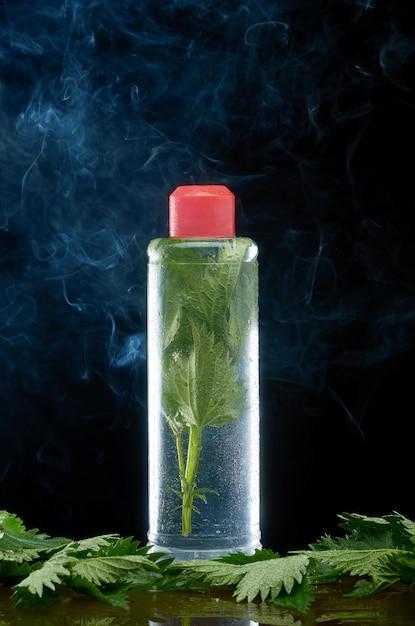 Pokrzywy w plastikowej butelce i chmura dymu Premium Zdjęcia