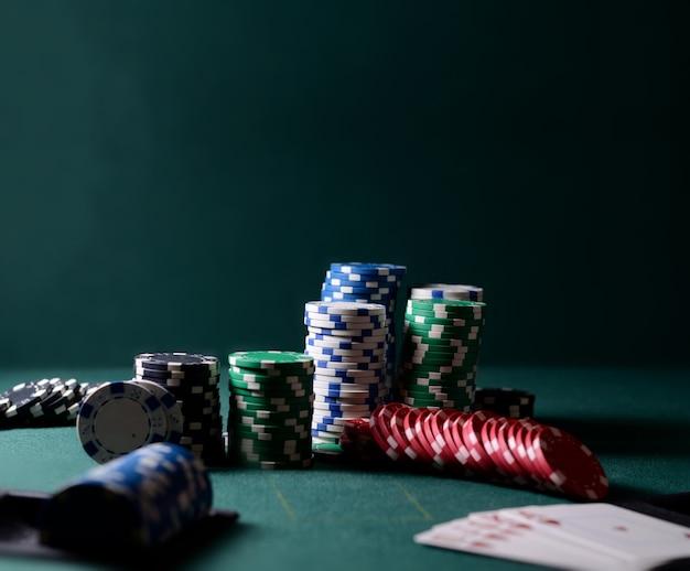 Połączenie żetonów Kasynowych I Pokera Królewskiego Na Zielonym Stole. Motyw Gry W Pokera Premium Zdjęcia