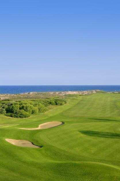 Pole golfowe zielona trawa blisko dennego oceanu Premium Zdjęcia