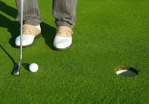 Pole Golfowe Zielone Dziury Człowiek Kładąc Krótką Piłkę Premium Zdjęcia