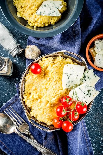 Polenta Z Gorgonzolą I Pomidorami Premium Zdjęcia