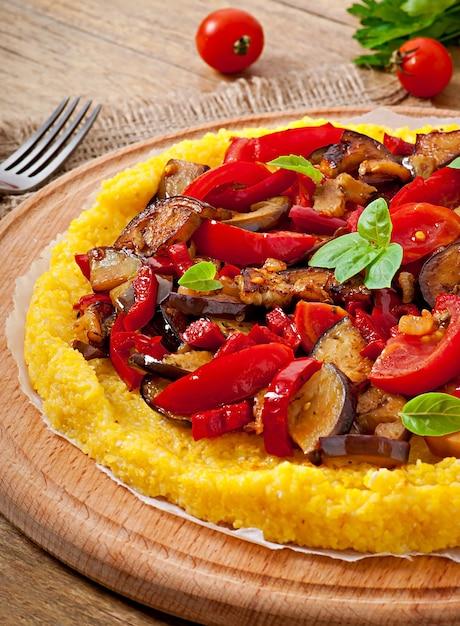 Polenta Z Warzywami - Grys Kukurydziany Pizza Z Pomidorem I Bakłażanem Darmowe Zdjęcia
