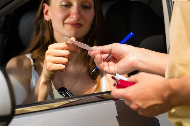 Policja, kobieta w ruchu drogowym dostanie bilet Premium Zdjęcia
