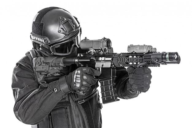 Policyjne siły specjalne z karabinem Premium Zdjęcia