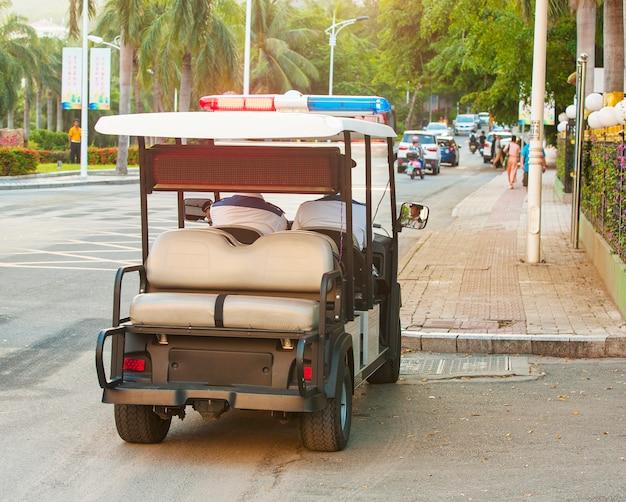 Policyjny samochód elektryczny na ulicy w chinach, Premium Zdjęcia