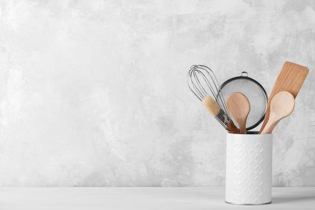 Półka Kuchenna Z Białą Nowoczesną Zastawą Premium Zdjęcia