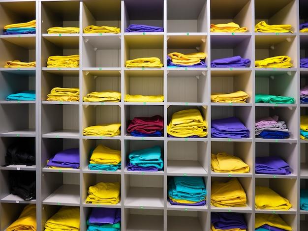 Półki do przechowywania odzieży roboczej pracowników w przedsiębiorstwie Premium Zdjęcia