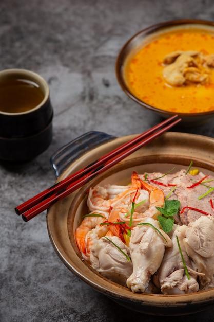 Północno Tajskie Jedzenie (khao Soi Ruam), Pikantna Zupa Z Makaronem Ozdobiona Składnikami. Darmowe Zdjęcia