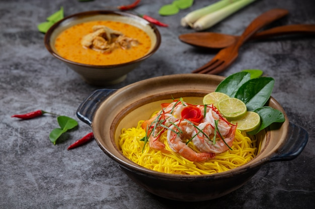 Północno Tajskie Jedzenie (krewetki Khao Soi), Pikantny Makaron Ozdobiony Składnikami. Darmowe Zdjęcia