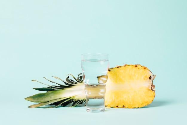 Połowa ananasa ze szklanką wody Darmowe Zdjęcia