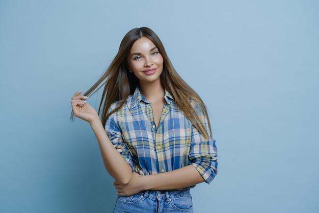 Połowa Długości Piękna Młoda Kobieta O Ciemnych Włosach, Nosi Stylowe Ubrania Premium Zdjęcia