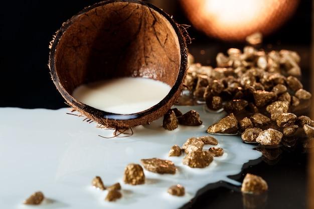 Połowa Kokosa Z Mlekiem Na Czarnej Powierzchni Darmowe Zdjęcia