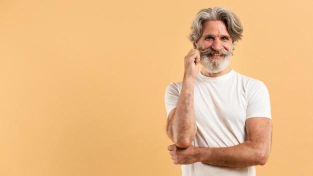 Połowa Strzału Szczęśliwy Starszy Mężczyzna Z Kopiowaniem Przestrzeni Darmowe Zdjęcia