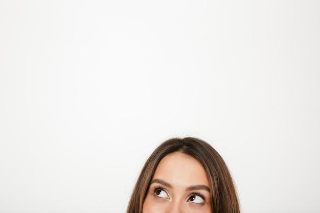 Połowa Twarzy Tajemniczej Brunetki Kobiety Odwracającej Wzrok Nad Szarością Darmowe Zdjęcia