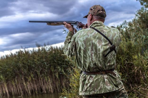 Polowanie W Jeziorze Na Dzikie Kaczki. Premium Zdjęcia