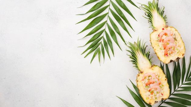 Połówki Ananasa Z Miejsca Kopiowania I Liści Darmowe Zdjęcia