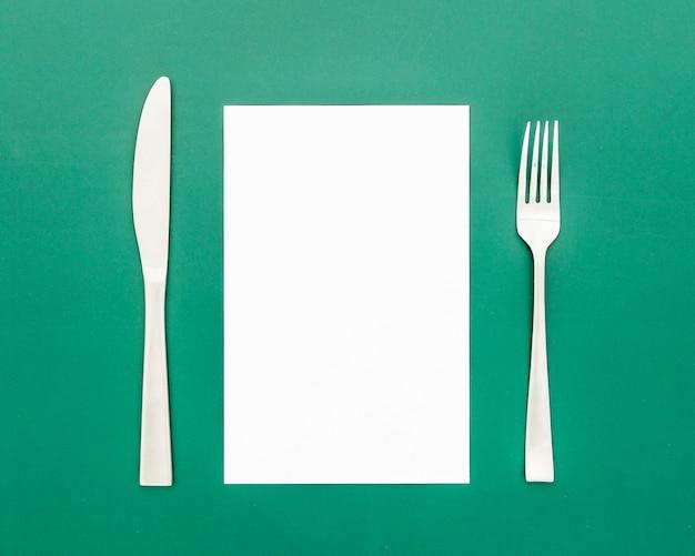 Połóż Na Płasko Czysty Papier Menu Z Nożem I Widelcem Darmowe Zdjęcia