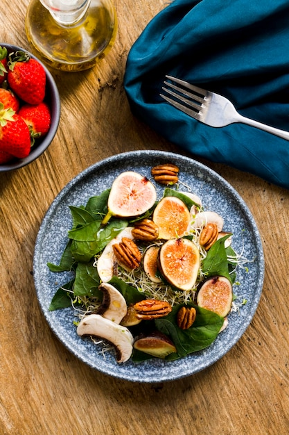 Połóż płasko mieszankę orzechów i fig na talerzu z truskawkami Darmowe Zdjęcia