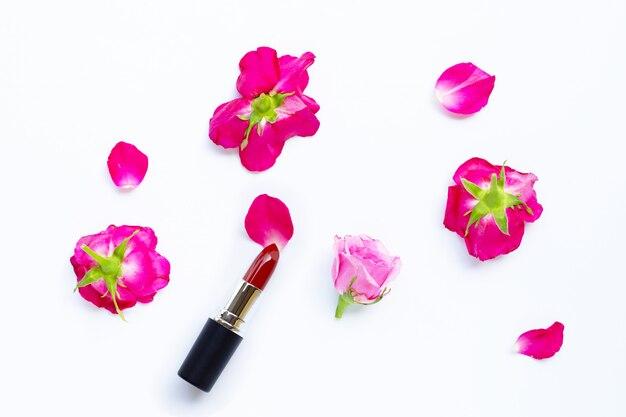 Pomadka Z Kwiatem Róży Na Białym. Piękna Koncepcja Makijażu Premium Zdjęcia