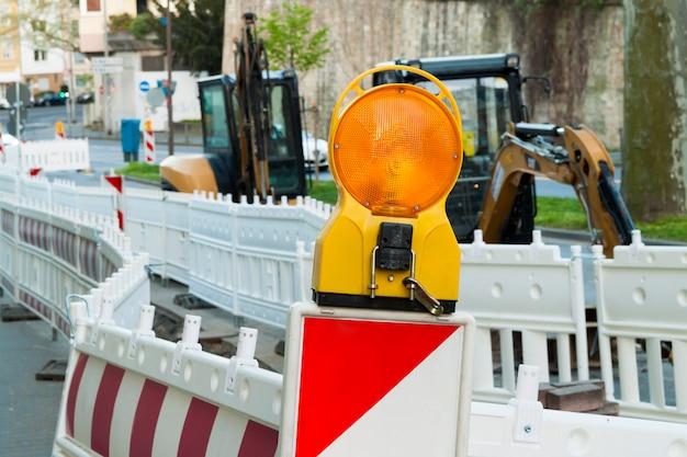 Pomarańczowa Konstrukcja Uliczne światło Barierowe Na Barykadzie. Budowa Dróg Na Ulicach Miast Europejskich. Niemcy. Mainz. Premium Zdjęcia
