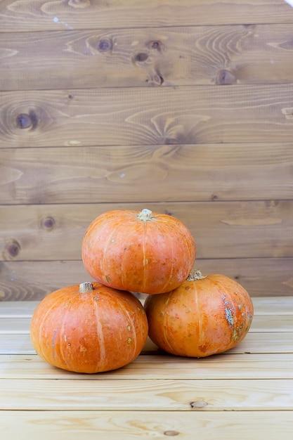 Pomarańczowe Dynie Halloween Na Białych Deskach, Dekoracja świąteczna. Premium Zdjęcia