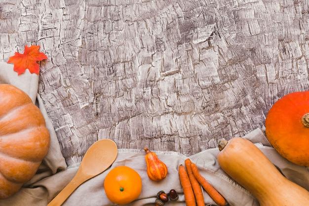 Pomarańczowe Owoce I Warzywa Leżące W Pobliżu łyżki Darmowe Zdjęcia