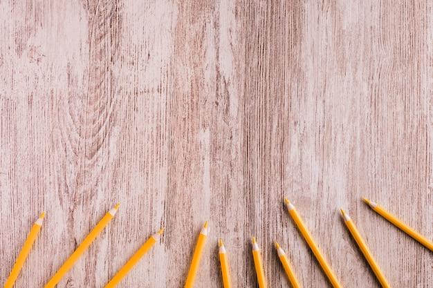 Pomarańczowi ołówki na biurku Darmowe Zdjęcia