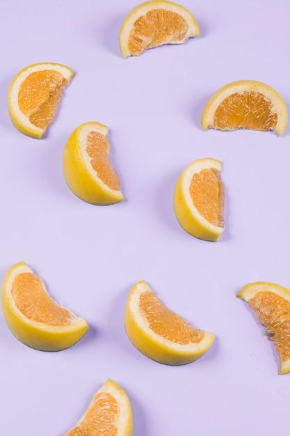 Pomarańczowi Plasterki Na Purpurowym Tle Darmowe Zdjęcia