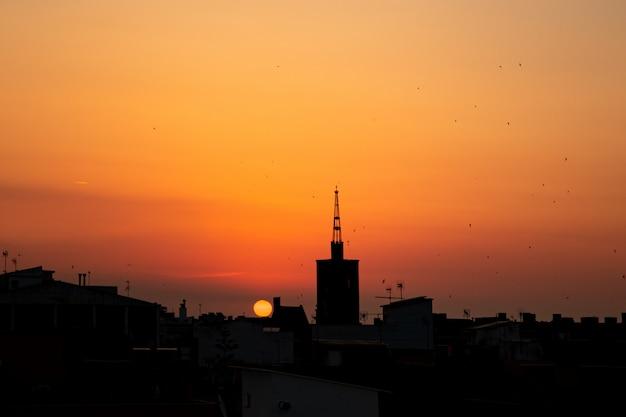 Pomarańczowy Lato Wschód Słońca, Widok Z Góry Dachu Starej Wieży Kościoła Nad Miastem. Premium Zdjęcia