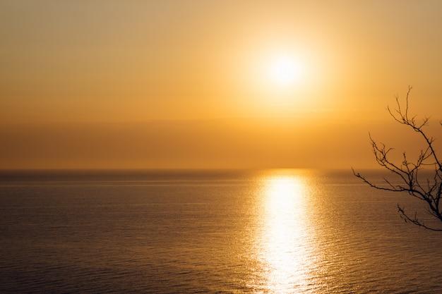 Pomarańczowy Wschód Słońca Nad Morzem Premium Zdjęcia