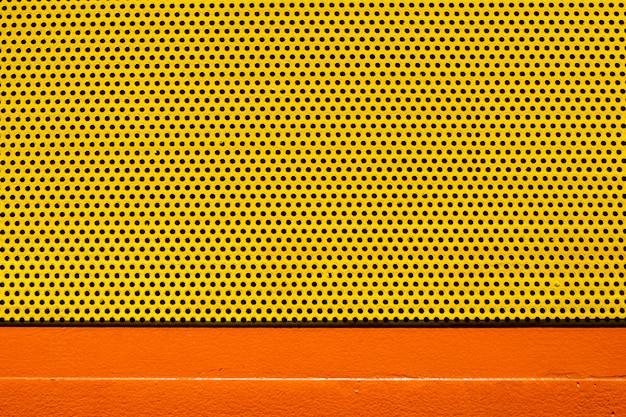 Pomarańczowy żółty Kolor Blachy Z Wieloma Małymi Okrągłymi Otworami Kropkuje Teksturę Tła Premium Zdjęcia