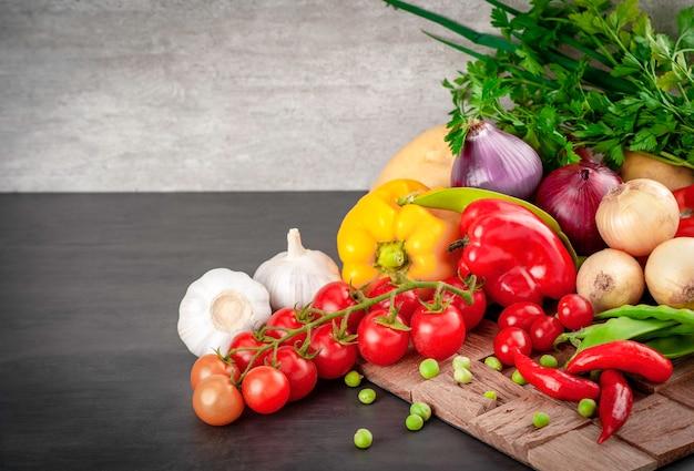 Pomidorki Koktajlowe, Cebula, Ziemniaki, Papryka Czerwona, Groszek W Strąku I Czosnek. Skopiuj Miejsce. Premium Zdjęcia