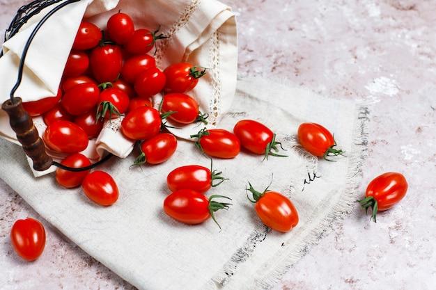 Pomidory Czereśniowe W Różnych Kolorach, żółte I Czerwone Pomidory Czereśniowe Na Jasnym Tle Darmowe Zdjęcia