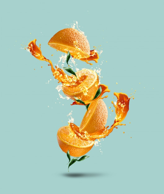 Pomiędzy Pomarańczami Jest Odrobina Soku. Kompozycja Jest Podobna Do Drzewa Lub Kwiatu. Premium Zdjęcia