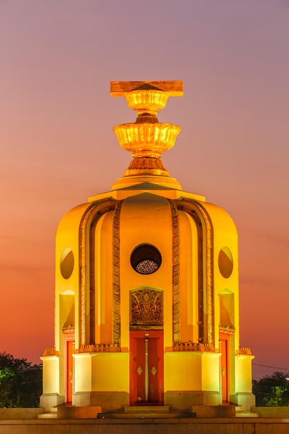 Pomnik momentu demokracji o zmierzchu (bangkok, tajlandia) Premium Zdjęcia
