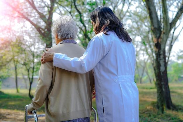 Pomoc i opieka starsza kobieta w podeszłym wieku lub starsza kobieta używają walkera Premium Zdjęcia