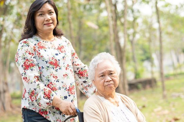 Pomoc Pacjentowi Azjatyckiej Starszej Kobiety Z Miłością. Premium Zdjęcia