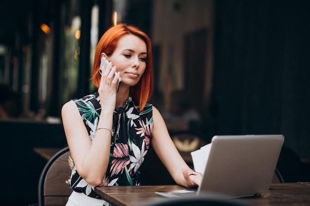 Pomyślna Biznesowa Kobieta Pracuje Na Laptopie W Kawiarni Darmowe Zdjęcia