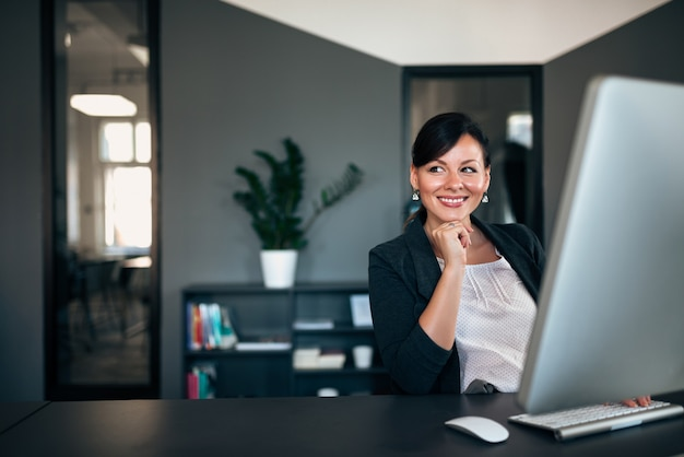 Pomyślny bizneswoman w biurze. Premium Zdjęcia