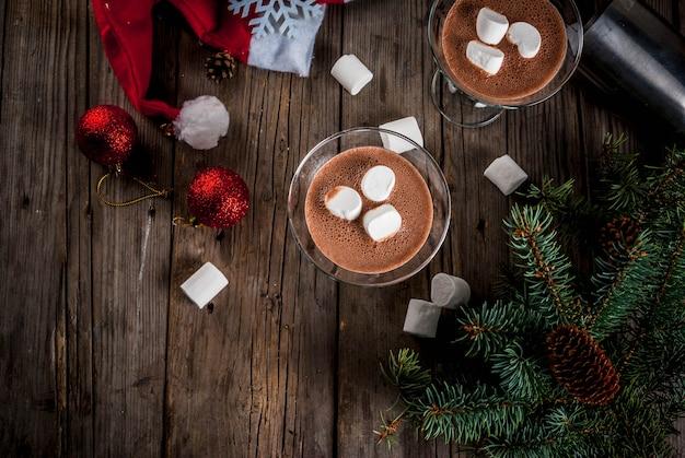Pomysły Na Przyjęcie świąteczne Piją Domowe Koktajle Martini Z Gorącą Czekoladą Z Pianką Na Starym Rustykalnym Drewnianym Stole Z Dekoracjami świątecznymi Premium Zdjęcia