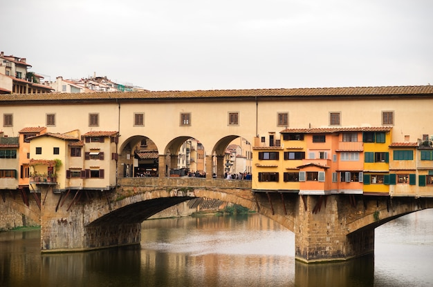 Ponte Vecchio Nad Rzeką Arno We Florencji, Włochy. Premium Zdjęcia
