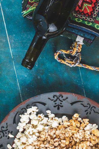 Popcorn, Karmel Kukurydziany I Pszenne Przekąski Kukurydziane W Talerzu, Widok Z Góry Darmowe Zdjęcia