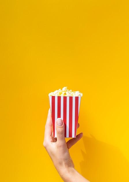 Popcorn Pudełko Przed Pomarańczowym Tłem Darmowe Zdjęcia