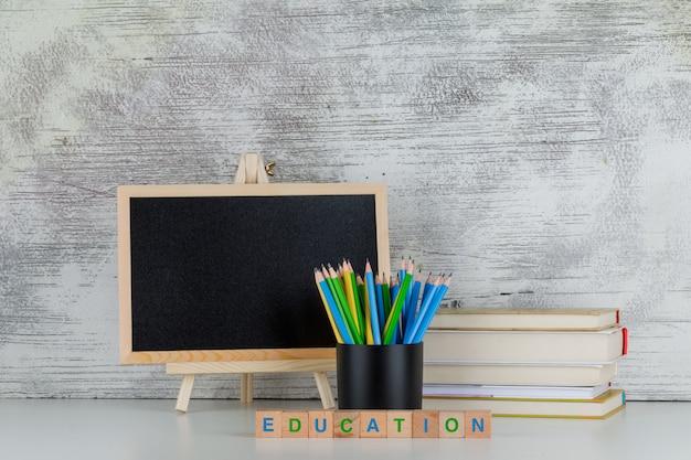 Popiera Szkoły Pojęcie Z Blackboard, Ołówkami, Książkami, Edukacja Tekstem Na Drewnianych Sześcianach Na Bielu Darmowe Zdjęcia