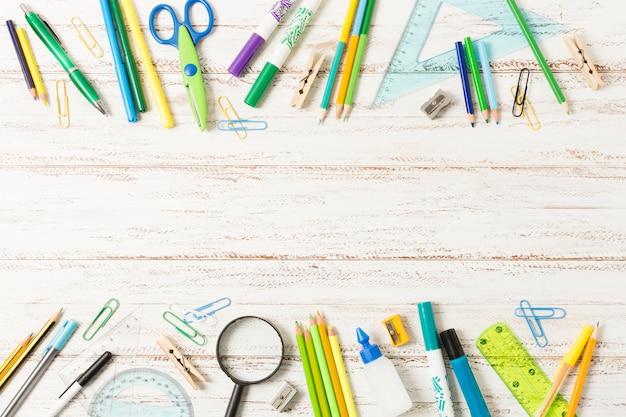 Popiera szkoły rama na drewnianym tle Darmowe Zdjęcia