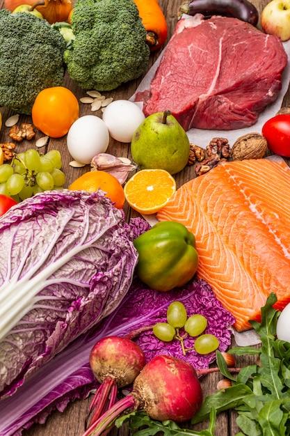 Popularna Dieta Paleo / Pegan. Koncepcja Zdrowej żywności Zrównoważonej. Zestaw świeżych Produktów, Surowego Mięsa, łososia, Warzyw I Owoców Premium Zdjęcia