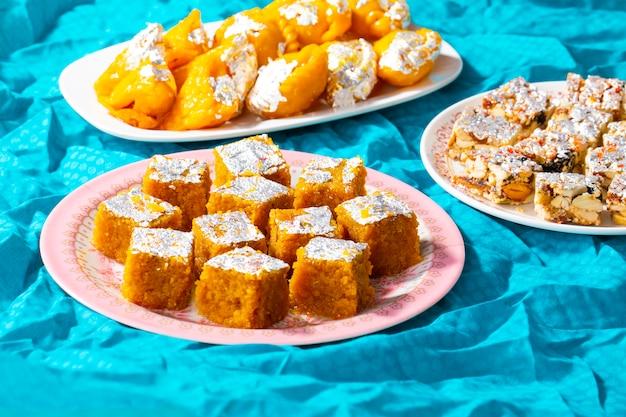 Popularna Indyjska Mieszanka Słodkich Potraw Premium Zdjęcia