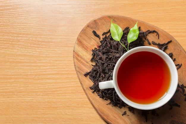 Poranna herbata na stole Premium Zdjęcia