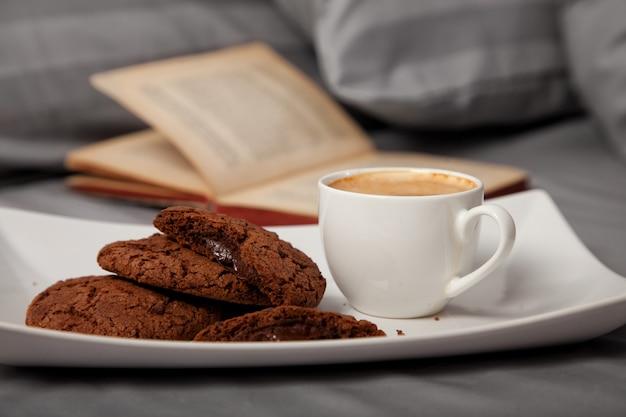 Poranna Kawa W łóżku Zdjęcie Premium Pobieranie