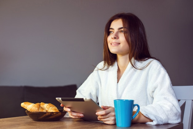 Poranna kawa z komputerem typu tablet Premium Zdjęcia